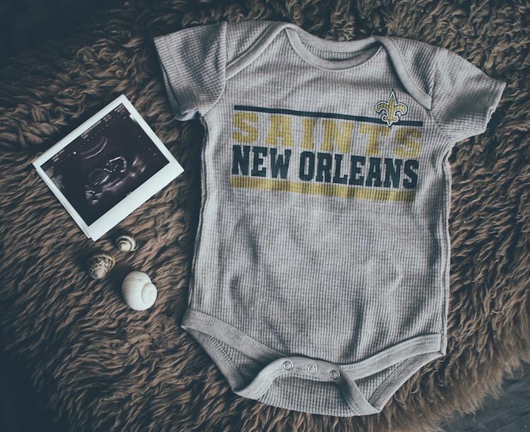 Baby Strampler und Ultraschallbild
